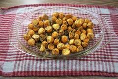 La nourriture délicieuse prête pour le déjeuner, des ignames de patates douces a fait cuire au four dans le four avec les épices  photographie stock libre de droits