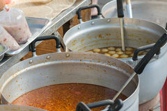 La nourriture dans le pot est un aliment thaïlandais de style de cari chaud photographie stock