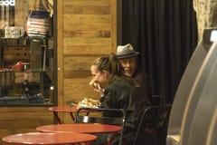 La nourriture du marché en secteur Manhattan NYC, les gens de voisinage de Chelsea mangeant dans le restaurant de café a appelé F image libre de droits