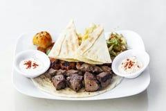 La nourriture du Moyen-Orient a mélangé le repas réglé de viande grillé par barbecue de BBQ images libres de droits