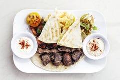 La nourriture du Moyen-Orient a mélangé le repas réglé de viande grillé par barbecue de BBQ photo stock