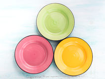 La nourriture en céramique de couleur en pastel plaque le fond de vue supérieure Photographie stock