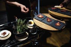 La nourriture exotique degustated à un événement d'entreprise de luxe de dîner photos stock
