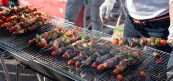 La nourriture a fait cuire au four avec des bâtons, nourriture de rue de Séoul, Corée photos stock