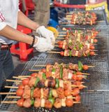 La nourriture a fait cuire au four avec des bâtons, nourriture de rue de Séoul, Corée photo libre de droits
