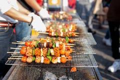 La nourriture a fait cuire au four avec des bâtons, nourriture de rue de Séoul, Corée images stock