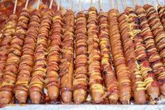 La nourriture a fait cuire au four avec des bâtons, nourriture de rue de Séoul, Corée images libres de droits