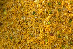 La nourriture faite main colorée localement a appelé Chanachur dans un Bangla Pohela Baishakh juste Photo libre de droits