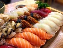 La nourriture japonaise traditionnelle de sushi japonais, sushi font la fête le plateau, a placé o Photographie stock libre de droits