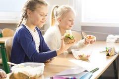 La nourriture mangeant avec l'ami goûte mieux Photo stock