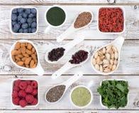 La nourriture saine a appelé les nourritures superbes fond en bois Photo stock