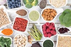 La nourriture saine a appelé les nourritures superbes sur le fond en bois Images libres de droits