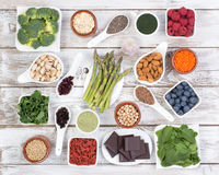 La nourriture saine a appelé les nourritures superbes sur le fond en bois Photo stock