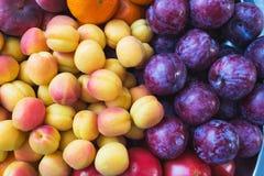 La nourriture saine, belle et savoureuse est fruit Vitamines et couleurs lumineuses d'été images stock