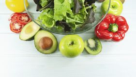 La nourriture saine de régime de salade, saladier sain sur le fond en bois blanc, ont le temps de déjeuner, le régime végétarien, photo libre de droits