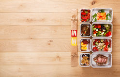 La nourriture saine emportent dans des boîtes, vue supérieure au bois Photos libres de droits