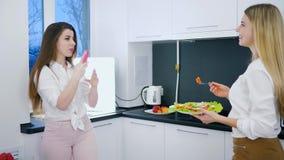 La nourriture saine, les amis joyeux avec la consommation dans des bras sont photographiées au téléphone portable à la maison banque de vidéos
