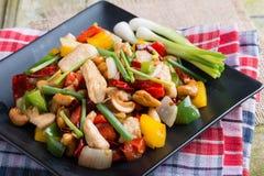 La nourriture thaïe, stir a allumé le poulet avec des anacardes Image stock
