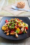 La nourriture thaïe, stir a allumé le poulet avec des anacardes Photo libre de droits