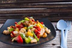 La nourriture thaïe, stir a allumé le poulet avec des anacardes Images libres de droits