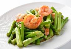 La nourriture thaïlandaise, émoi d'asperge a fait frire avec des crevettes roses photographie stock libre de droits