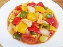 la nourriture thaïlandaise aigre et douce font sauter à feu vif Image stock