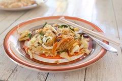 La nourriture thaïlandaise, capitonnent thaïlandais, des nouilles avec des légumes et le montant éligible maximum Photographie stock libre de droits