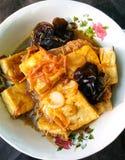 La nourriture thaïlandaise a fait frire le tofu et le champignon noir en sauce à Ginger Tamarind photos libres de droits