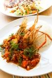 La nourriture thaïlandaise, les crevettes roses frites avec l'igname de Tom sauce photo stock