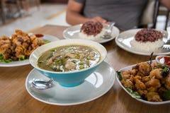 La nourriture thaïlandaise, menu est cari et omelette verte de poissons et poisson frit Photographie stock libre de droits