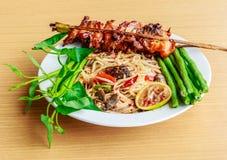 La nourriture thaïlandaise parlent (kaiyang de somtam) : Salade épicée de papaye avec le salte Image stock