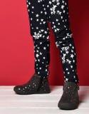 La nouvelle étoile moderne de bébé d'enfant d'enfant halète et des chaussures sur le rouge Photos stock