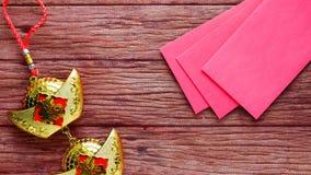 La nouvelle année chinoise donne une enveloppe rouge aux enfants photo stock