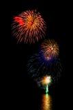 la nouvelle année de feux d'artifice célèbrent - le bel isolant coloré de feu d'artifice Images libres de droits
