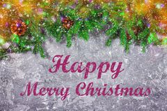 La nouvelle année impeccable s'embranche avec des cônes sur un fond concret gris Noël de nouvelle année Joyeux Noël images stock