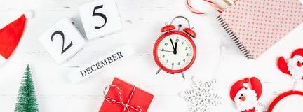 La nouvelle année ou le Noël étendent à plat le calendrier en bois photo libre de droits