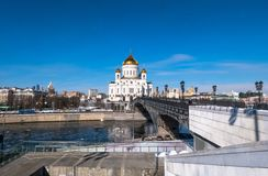 La nouvelle cathédrale du Christ le sauveur et le pont piétonnier de patriarcat au-dessus de la rivière de Moscou à Moscou Russie Images stock