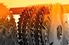 La nouvelle circulaire industrielle moderne a vu des disques Rouge modifi? la tonalit? images stock