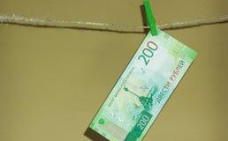 La nouvelle devise est de deux cents roubles, accrochant sur une corde photo libre de droits
