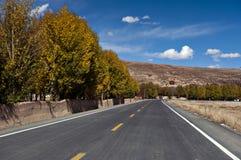 La nouvelle et belle route dans la montagne. image stock