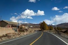 La nouvelle et belle route dans la montagne. images stock
