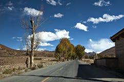 La nouvelle et belle route dans la montagne. image libre de droits
