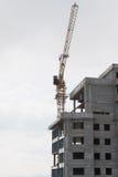 La nouvelle maison en construction et la grue Image libre de droits