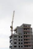 La nouvelle maison en construction et la grue Images libres de droits