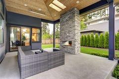 La nouvelle maison moderne comporte une arrière-cour avec le patio photos libres de droits