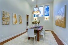 La nouvelle maison sur commande revendique la salle à manger spacieuse avec à haut plafond images libres de droits