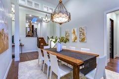 La nouvelle maison sur commande revendique la salle à manger spacieuse avec à haut plafond images stock
