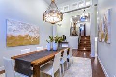 La nouvelle maison sur commande revendique la salle à manger spacieuse avec à haut plafond photo stock
