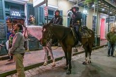 La Nouvelle-Orléans, LA/USA - vers en février 2016 : Chevaux d'équitation montés de police pendant le Mardi Gras à la Nouvelle-Or Photographie stock libre de droits