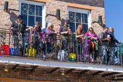La Nouvelle-Orléans, LA/USA - vers en février 2016 : Perles de lancement de personnes des balcons pendant le Mardi Gras à la Nouv Image stock